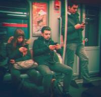 Occhi incollati allo smartphone